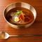 和の出汁を合わせたスッキリとキレのあるスープは当店オリジナル『冷麺(中)』
