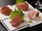 当店では厚生労働省が示す食品調理基準に従った調理方法を用いて調理をしております。低温調理の技法で極限まで引き出された牛肉本来の旨みをお楽しみください。安心安全を念頭に置き日々研究しております。