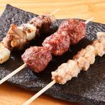 ももやロースを使った猪串、スパイスを効かせたしっかり味の猪つくね串、脂身を使った猪ネギま串の3本セット。それぞれの部位の個性が味わえる、ジビエを堪能できるひと皿です。
