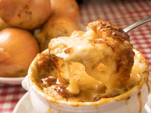 スープが染み込んだバゲットとこんがりチーズに、濃厚な玉ネギの甘みを味わう『オニオングラタンスープ』