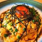 橿原市・大宮農場の「こだわりたまご」は、海藻を混ぜた飼料で生育された鶏から生まれ、くさみが少なくコクがあります。チキンライスに使うしょう油も奈良産のイゲタしょうゆを用い、地元の魅力を堪能できる一皿。