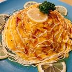 自慢の醤油チキンライスに溶き卵をたっぷりとかけてから、更にとろとろの卵焼き!トッピングはシンプルに刻み海苔と一味にネギです。 卵かけご飯好きの方にオススメのオムライスです。
