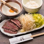 約1cmの厚みにカットした厚切り牛タン。丁寧に熟成され、厚みがあっても柔らかさが際立ちます。タンに添えてある野菜と一緒に食べれば食感も変わり箸が止まらない旨さ。とろろめしとのハーモニーも楽しめます。
