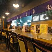 横並びの席で、美味しい料理とお酒と会話を共に楽しむひととき