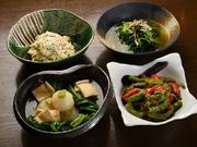 市場で厳選した旬野菜を使用。食材が持つ本来の美味しさを味わえるよう、素材の旨味を堪能できる味付けに。季節や仕入れなどにより内容が変わります。詳しくは店内の黒板で!