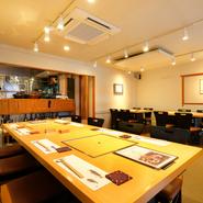 忘新年会や歓送迎会などにおすすめのコースを各種用意。店内は最大20名まで利用できる広びろとしたテーブル席もあり。グループ単位の宴会にも心強い一軒です。