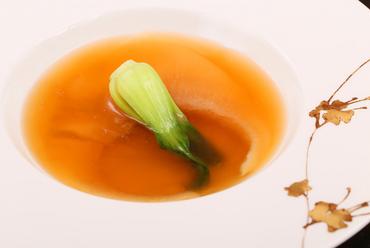 上質なスープと独特の食感『フカヒレの姿煮込み(要予約)』