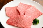 ロース肉の中で少量しかとれない人気部位・ザブトンを楽しめる皿。赤身に繊細な脂が入った理想的な霜降り部位で、柔らかさと肉の旨みが極上。ほんのり甘みをきかせた自家製ダレとの相性も抜群です。