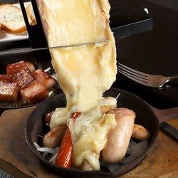 """肉バルならではの大人気メニューを揃えた贅沢コース!特選""""A4""""和牛ステーキや日本で大流行中の肉寿司。"""