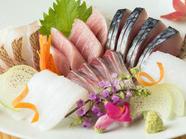 全国の産地に料理人が赴き信頼できる仕入先から直送。四季折々の旬の魚が堪能できる『お造り盛り合わせ』