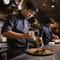 厨房とお客さまの距離が近いからできる、繊細な味の調律