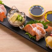 大満足間違いなし!新鮮さと美味しさにこだわった人気メニュー『鮮魚のお造り盛り合わせ』