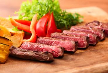 シェフの実演コーナーで人気の『牛肉の鉄板焼き』