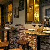 フランスの街角にあるレストランのような佇まい