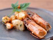 プリプリの魚介をバターで香り高く。五感で味わう『ホタテとエビの香草バター焼』