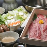 岩手県奥州市で育てられた黒毛和牛「前沢牛」の霜降り肉を、昆布だしでしゃぶしゃぶして味わえます。厳選された極上の霜降り肉の素晴らしい香りと、とろけるような舌ざわりを、ポン酢または胡麻だれでどうぞ。