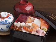 新鮮な魚介をたっぷり堪能する宝石箱『ちらし 梅/赤だし付』