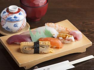 その日仕入れた新鮮な地元産の魚介でつくる『寿司』
