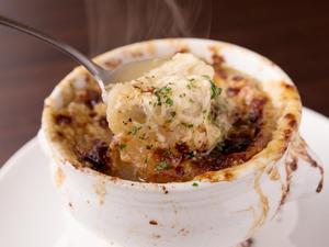 旨みとコクがギュとつまる至福の一品『オニオングラタンスープ』