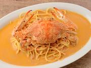 渡り蟹をまるごと一匹つかった贅沢なパスタ。蟹の濃厚な旨味が詰まったトマトクリームソースは絶品です。  familiar size ¥2,260