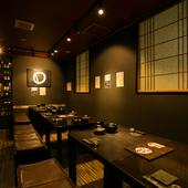 シックな色調の和室で、彩り豊かな創作料理をいただく
