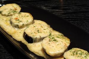看板メニューとして、オープン以来愛され続ける創作寿司『トロサーモンのハラス炙りロール』