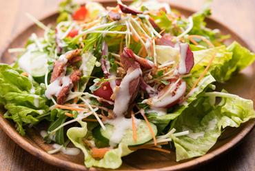 カラフル野菜と馬肉が楽しめる『UMAUMAサラダ』