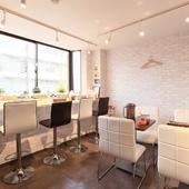 白を基調とした個室空間は、まるでカフェのようなおしゃれな内装