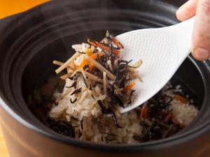 日本全国、様々なブランド米を味わえる『<食事>土鍋炊き込みご飯』