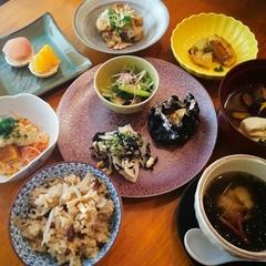 旬野菜を様々な料理法と組み合わせ、最後まで楽しめる野菜会席。目の前で炊き上げる「土鍋ご飯」が人気です