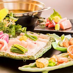 鮮魚のお造り5点盛りや三河鶏の天麩羅など、産地、鮮度にこだわった食材を使用した自慢の料理を堪能。