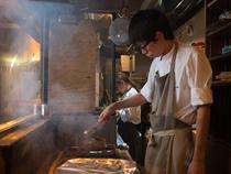 肉の旨味を堪能できるよう、炭火でシンプルに焼き上げる
