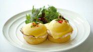 絶妙の火入れ!半熟卵のトロける黄身が美味しい『クラシックエッグベネディクト』