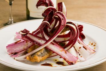 旬のイタリア食材を使った『メヒカリのフリットとラディッキオ』