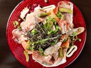 5種類の燻製をたっぷり野菜といただく、『自家製燻製盛り合わせサラダ』
