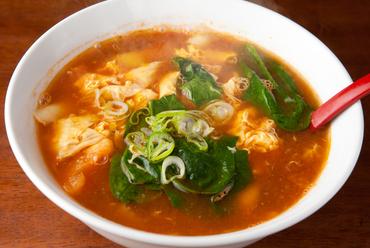 鶏ガラのコクと、トマトのまろやかな酸味が美味しいサッパリ味の『トマト刀削麺』