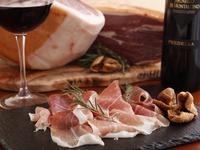イタリアはガローニ社より仕入れている、18ヶ月熟成した逸品。切り立ての豊かな風味を堪能できます。(SS:450円/S:830円/M:1250円/L:1680円)