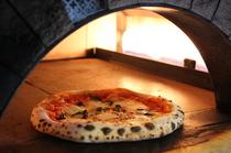 専用の石窯を使い、高温で一気に焼き上げるのが美味しさの秘密