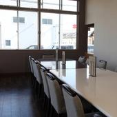 小上がりの座敷席、くつろげるテーブル席が揃う親しみやすい店内