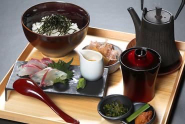 上質で新鮮な天然の鯛を豪快に『天然鯛のお茶漬け』