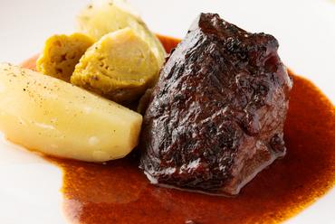 とろける食感がたまらない『ブッフ ア ラ モード~和牛ホホ肉の赤ワイン煮込~』