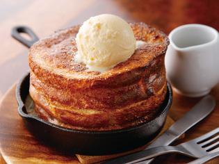 熱々のスキレットで提供する『切り株フレンチトースト』