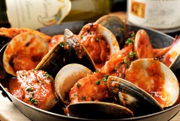 """選りすぐりの魚介の旨みが凝縮された『魚介類のトマト煮込み """"ズッパ・ディ・ペッシェ""""』"""