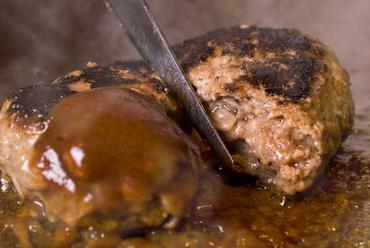 特製デミグラスソースをかけて頂く『ハンバーグステーキ』