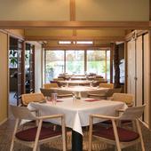 伝統とモダンさが同居するくつろぎの空間で、ゆったりとお食事を
