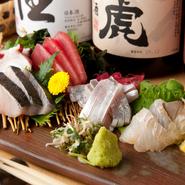 """こなの時期は、まぐろ・タコ・サワラ・太刀魚・平目昆布〆の5種を盛り合わせ。季節で変わる四季折々の魚介を存分に堪能できます。築地の魚のプロと相談して直送入荷する""""今が旬""""の味覚に出合えます。"""