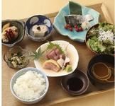 気軽に気楽に和食を楽しめる夜ごはん。メイン料理を2品選べます。(コースに詳細記載) ※ご予約不要 ※最大6名様まで対応。 ※お食事御膳のみの場合、時間制(120分)となります。