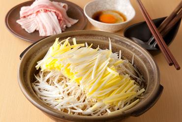 希少な岡山県産の「黄ニラ」をたっぷり使用。上質素材を1つの鍋で堪能する『黄ニラの豚すきしゃぶ』