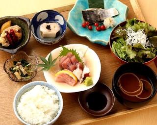 気軽に気楽に和食を楽しめる夜ごはん。メイン料理を2品選べます。