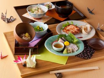 日本人らしい繊細な対応と、心をつなぐ「折鶴」